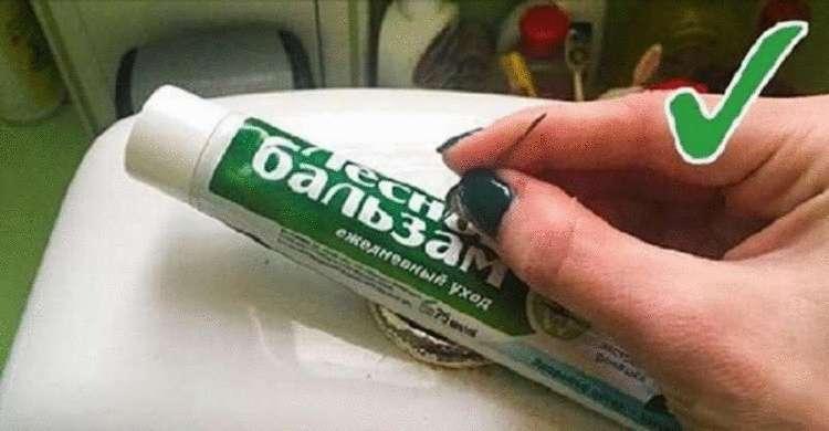 Американская подружка рассказала, зачем прятать зубную пасту в сливном бачке унитаза